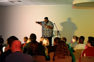 WEB_Comedian Ronnie Jordan calling out an audience member photo by Sarah Ward copy